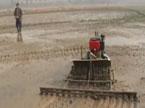 退休工人发明遥控耕田机 种田不再一身泥